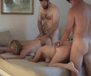 versteckte kamera erwischt reife frau beim sex mit jungem kerl.