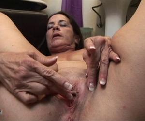 Floppy Titten in engen BHs