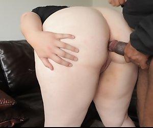 Hübsche BBW bekommt großen Schwarzen Schwanz in Arsch und Muschi.