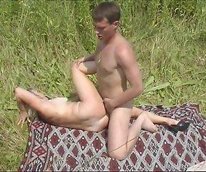 Reife Mutter und Ihre Jungen auf die Natur! Russische Amateur!