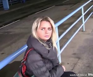 Hündin STOP - Blonde Tschechische MILF abgeholt am Busbahnhof