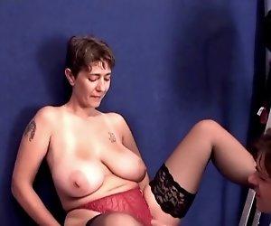 Unvergessliche Brünette Shorhair-Milf mit Riesen-Titten gefickt