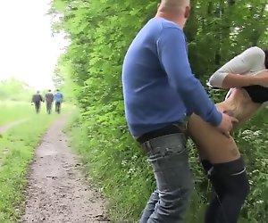 Opa fickt Teen im Wald mit Spannern