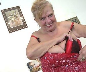 OMA Sehr alte Oma mit sehr großen Brüsten