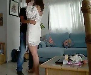 Amateur-Frau gemeinsam mit Freund (zensiert Gesichter)