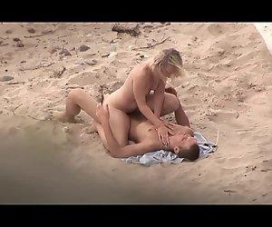 Paar fickt am Strand und in den letzten er Sperma in den Mund
