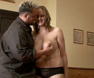 Blondine Schwanger zu Riesige-Titten-MILF gefickt