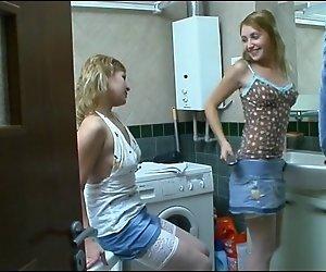 Die Schwestern haben Spaß im Bad. )