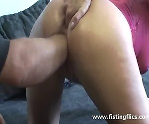 Skinny Frau liebt massiven fisting