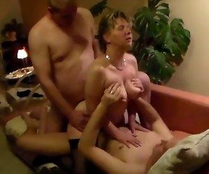 Frau fickt zwei Jungs, Ihr Ehemann filmt