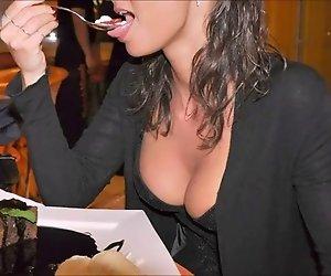 Mädchen in der restaurant-spielen mit remote-vibrator