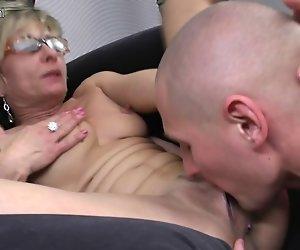 Hot skinny Oma wird gefickt von Ihrem toy-boy