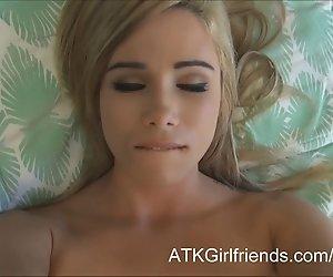 Sie geben Kendall Weiß einer Gesichtsbehandlung nach POV virtuellen Datum