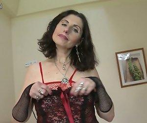 Sexy Reife Mutter arbeitet Ihre haarige Muschi