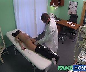 FakeHospital Junge Frau mit Hammer-Körper auf Kamera festgehalten g