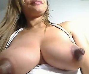 Riesige Nippel mit Milch gefüllte Brustimplantate