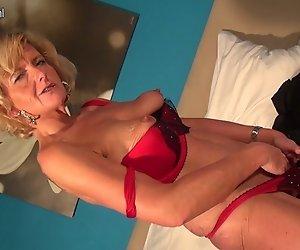 Naughty echte Oma spielt mit Ihrer alten pussy