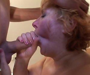 Reife Schlampe Mama mit saggy Titten gefickt von Jungen