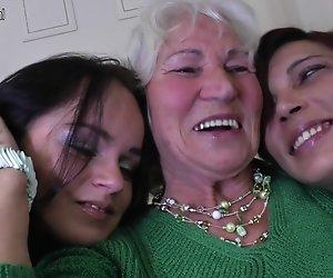 Drei alte und junge Lesben guten sex haben
