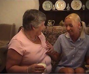 Oma Und Eine Süße Blonde Teen Immer Gegenseitig Aus