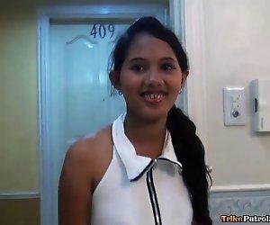 Scheu, aber neugierig Filipina teen hat erste ausländische Schwanz