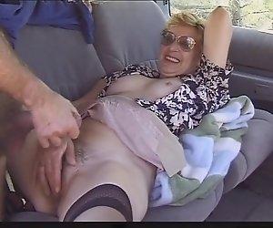 Oma im Auto