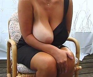 Blonde Riesige-Titten-MILF Posiert
