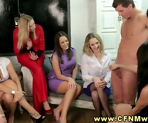 CFNM-Gruppe genießen Strippen stud, so können Sie Ruck, ihn aus