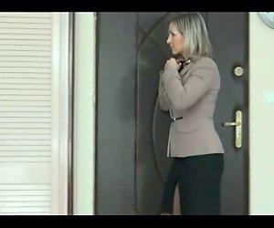Frau bekommt voyeur