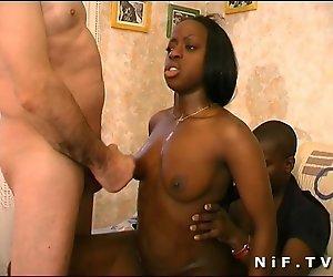 Französische black Zofe gefickt in 3some mit Papy Voyeur