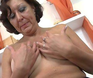 Echte Oma spielt mit Ihrer alten Muschi