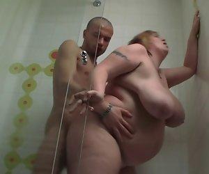 Kurzhaar-BBW gefickt in der Dusche
