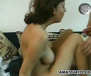Busty amateur Freundin saugt und fickt mit facial