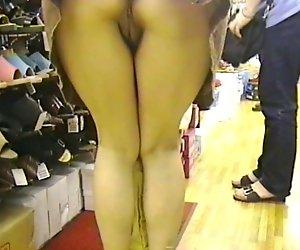 Upskirt auf shoestore