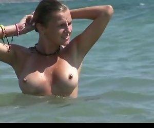 Sie lieben es nackt Sonnenbaden auf den wilden Strand