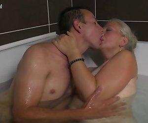 Reife Schlampe Mama nimmt den Jungen Schwanz in der Badewanne