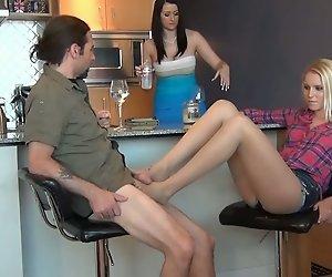 Unter dem Tisch Strumpfhose Footjob Während der Verlobten ist nicht Bewusst