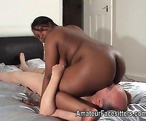 Dicke ebony lady facesits einem älteren Mann