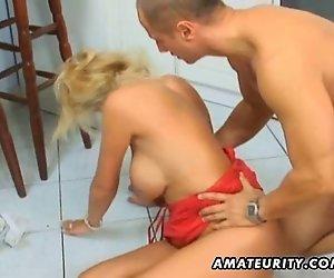 Busty amateur Milf anal und Gesichtsbesamung in der Küche