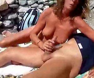 mama y papa en la playa jugando