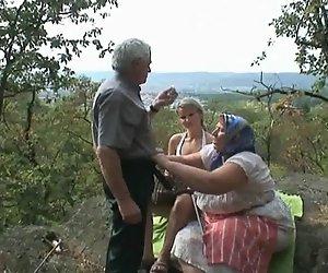 Voyeuristischen Blondine Mit Alten Ehepaar