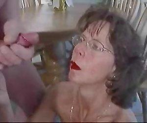 Reife Brünette in Gläser hegt große facial cumshot.