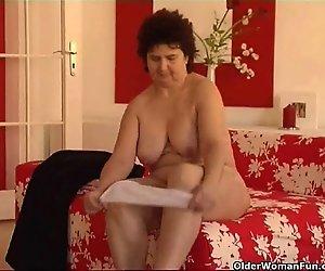 Mollige Oma mit dicken Titten und haarige Muschi
