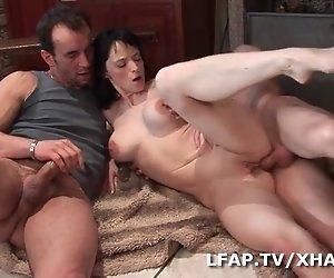 La fermiere se fait defoncer le cul par deux mecs