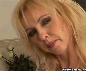 Kurvige alte Frau mit großen Titten Teens im Badezimmer