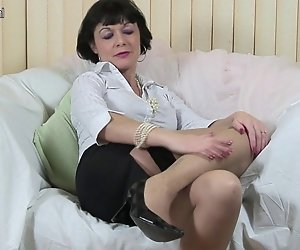 Kinky britischen Mutter arbeitet Ihre Muschi
