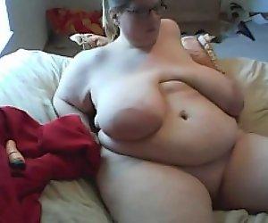 SSBBW mit enormen Busen masturbiert vor der webcam