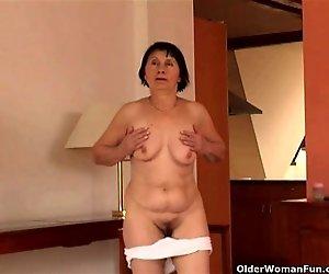 Über 70 Oma hat striptease und masturbiert