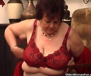 Plump granny fickt Ihre alte pussy mit dildo