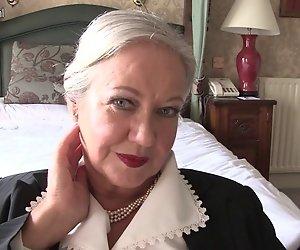 Sexy britische lady spielt mit sich selbst